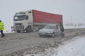 بارش برف و باران در جاده های نیمی از استانهای کشور