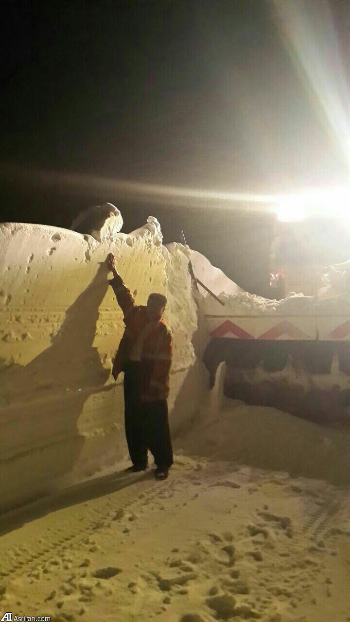 برف حدود ۲ متری در جاده مهاباد (عکس)