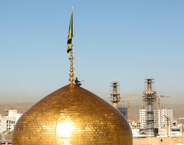 شستشوی گنبد منور رضوی در آستانه میلاد امام رضا (ع)+تصاویر