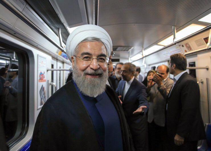 عکس/ حال خوب حسن روحانی در مترو کرج
