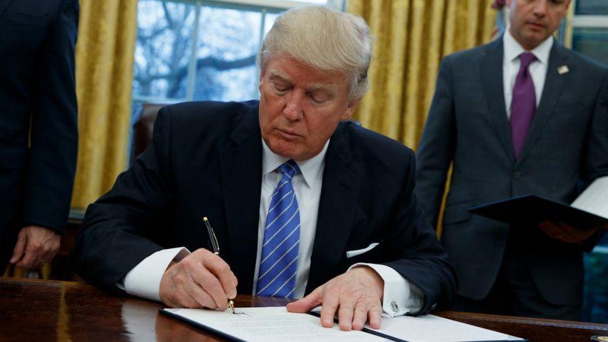 ترامپ احکام اجرایی درباره محدود کردن ورود مهاجران از ۷ کشور از جمله ایران را امضا میکند