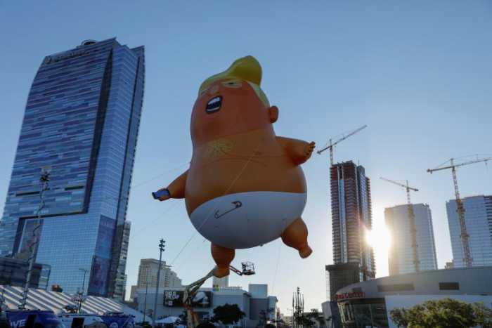 پرواز بالن بچه ترامپ برفراز لس آنجلس