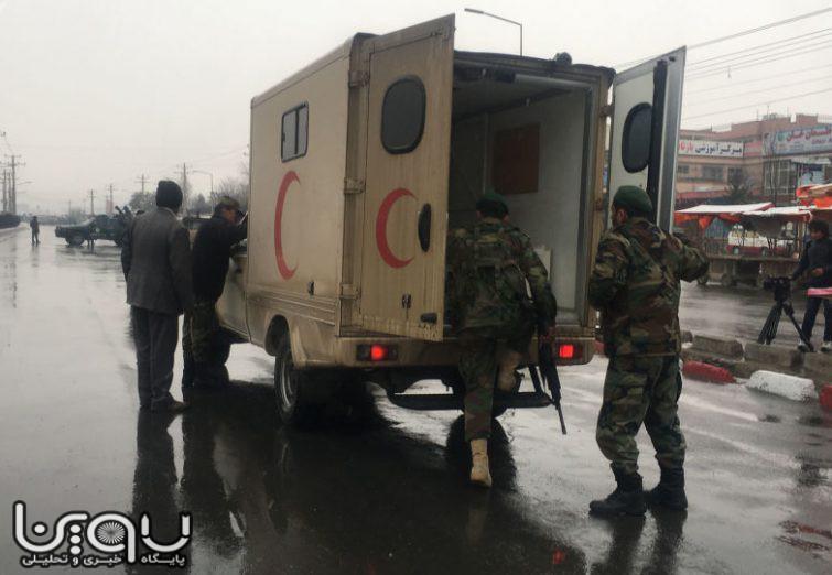 لحظاتی پس از انفجار تروریستی در مقابل دانشگاه نظامی مارشال فهیم کابل