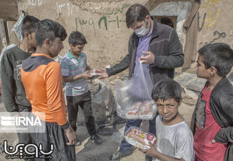 توزیع غذا و بسته های بهداشتی به کودکان زباله گرد